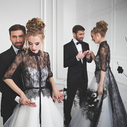 Barato Vestidos De Gola Branca-2017 Novos vestidos de casamento preto e branco A Line Gothic Wedding Dress Turn Down Collar Illusion Lace Half Sleeves Ivory Tulle Bridal Gowns