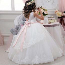 e56beaaf14b Princesse balle robe dentelle blanche fleurs filles robes pour les mariages  pas cher 2017 Tulle ceinture noeud noeud personnalisé première communion  robe ...