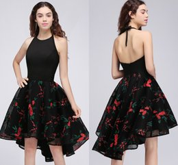 Barato Menina Vestido Sem Mangas Halter-2017 Little Black Dress Embroidery Girls 2017 Homecoming Vestidos Halter sem mangas Open Back Short Prom Party Dress Cocktail Frete grátis