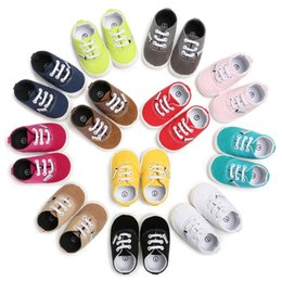 Barato Bebê Calçados De Lona Infantil-Sapatos de bebê New 2017 Candy Color Girls Casual Shoeses Bonitinho Soft-Soled Boys First Walkers 12 cores Flat Infant Canvas Shoeses C1606