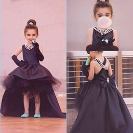 Barato Arcos Inchados Para Vestidos-New Pretty Flower Girls Vestidos 2017 Ruched Hi-Lo Black Puffy Girl Vestidos para Wedding Party Vestidos com arco Sweep Train