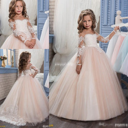 Barato Blush Vestidos De Renda Mangas-Princess Lace Vintage Beaded 2017 Flower Girl Vestidos Mangas Long Blush Tulle Sheer Neck Criança Baby First Communion Vestidos Beautiful Cheap