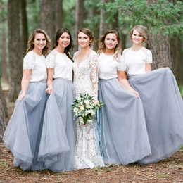 Top De Mariage En Dentelle À Manches Courtes Pas Cher-Vintage Country Deux pièces Robes de demoiselle d'honneur Dentelle Manches courtes Top Jewel Neck Soft Tulle Silver Grey Skirt Longueur de plancher Wedding Guest Gown
