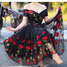 Barato Comprimento Do Chá-2017 A Line Elegant Black Evening Dresses com decote em V Rose Flowers Tea Length Off Shoulder Sleeveless Party Vestidos Prom Robe