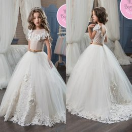 Belles Robes De Tulle En Lacet Pas Cher-Beautiful Lace Tulle Girls Pageant Robes 2017 Princess Ball Gown Jewel Neck Flower Girls Robes Backless Cap Sleeves Appliques avec Sash