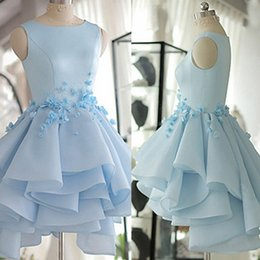 Robes De Soirée Florales Sexy Pas Cher-Vintage 3D Floral Appliqued Homecoming Robes Beach Tiered Jupes Robe de fête Light Sky Blue Jewel Neckline Short Prom Evening Gowns