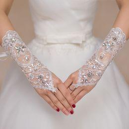 2017 Luxury Short Lace Bride Guanti da sposa Guanti da sposa Cristalli Accessori da sposa Guanti di pizzo per le spose Lunghezza polso senza dita