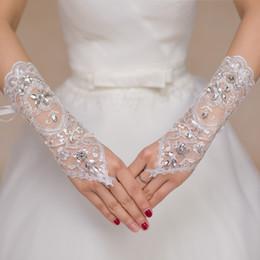 2017 Luxus Kurze Spitze Braut Brauthandschuhe Hochzeit Handschuhe Kristalle Hochzeit Zubehör Spitze Handschuhe für Bräute Fingerlose Handgelenk Länge