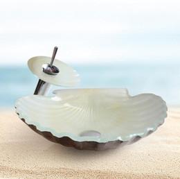 Lavabos en verre trempé blanc en forme de conque avec robinets à cascade et système de drainage. en Solde