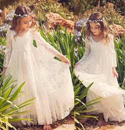 Barato Pouco Vestido Branco Do Pescoço De V-2017 New Beach Flower Girl Vestidos White Ivory Boho First Communion Vestido para Little Girl V Neck Neck Long Sleeve Vestidos