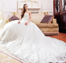 Barato Diamante Vestidos Sem Alças-2017 New Strapless A-Line Vestido de casamento Trailing Royal Wedding Lindos Crystal Diamond Beaded Applique Chapel Vestidos de casamento Plus Size
