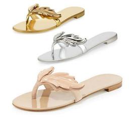 Venta al por mayor de Diseño de verano cruel Chanclas Sandalias de oro y plata de las mujeres zapatos planos hojas ocasionales con alas zapatillas de mujer deslizarse en los zapatos de mujer