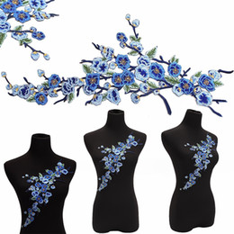 Barato Fontes Do Remendo Do Bordado-1pc Nova Ameixa Azul Flores Embroidery Remendos Ferro Em Applique Badge Embroidered Clothes Decorado Sewing Suprimentos