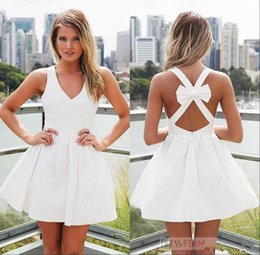 Robes De Retour Pas Cher-2017 Nouveau Arriavl Robes de cocktail courtes en blanc Backless V Neck Mini A Line Bow Knot Robes de bal courtes Robe de graduation Homecoming Custom