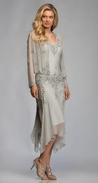 Ingrosso Splendidi abiti in chiffon grigio argento con applicazioni di pizzo e lunghezza del tè madre della sposa abiti con giacca profonda scollo a V per matrimoni