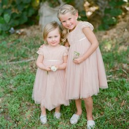 Barato Blush Crianças-Popular Blush Flowergirl Vestidos Lace Tulle Flower Girls Vestidos para Casamentos Sheer Capped Short Sleeves Lovely Kids Formal Wear with Sash