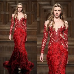 Barato Penas Elegantes Vestidos-2017 Red Elegant Feather Vestidos Evening Wear com mangas compridas Sheer Jewel Neck Appliqued Vestidos de noite Mermaid Sweep Trem Vestido Formal
