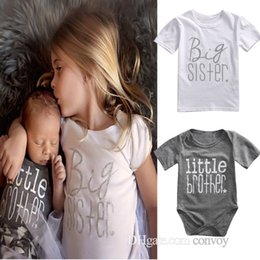 Barato Meninos Bonitos Do Verão Camiseta-INS Hot Baby Girls Meninas Matching Outfits Big Sisters Letters Print T shirt + Little Brother Rompers Cute Summer Family Suits Vestuário FOC03