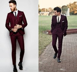 Manteaux Sur Mesure Pas Cher-Mans Fashion Three Pieces Costumes de Bourgogne 2017 Custom Make Groom Suit (veste + pantalon + veste) Classic Fit Bridegroom Tuxedos Tailcoat