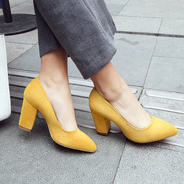 HXR80 2017 Sexy bombas de tacón grueso mujer gris amarillo sandalias poco  profundas de las mujeres zapatos casuales moda de verano zapatos de tacón  alto ... ed886dc316bf