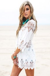 Barato Rendas Chiffon Tops Vestidos-Beautiful Beach Swimsuit Bikini Cover Up Lace Hollow Crochet 3/4 Sleeve Women Tops Swimwear Beach Dress White Beach Tunic Shirt 2506099