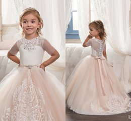 Anniversaire Belle Balle Pas Cher-Lace Applique 2017 Beautiful Bow Robes fille fleur Tulle Sash Beads Crystal Vintage Ball Gown Little Girls Pageant Robes d'anniversaire