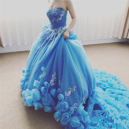 Barato Aqua Vestido De Baile Ruffled-2017 Aqua Cascading Ruffles Long Train Quinceanera Vestidos Sexy Sweetheart Vestidos de baile com flores feitas à mão Prom Party Evening Gowns formal
