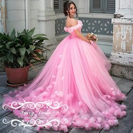 Robes De Robes De Bal Rose Femme Pas Cher-Gorgeous Handmade Flowers Off Shoulder Pink Robes de mariée 2017 Long Puffy Ball Gown Court Train Moyen-Orient Femmes Robes de mariée Robes de mariée