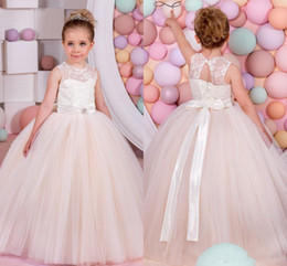 Fêtes De Fête Filles Filles Pas Cher-Simple Puffy Tulle Flower Girls Robes Sheer Neck Lace Sash Ribbon Beads Children Robes de fête d'anniversaire Long Lace Up Robe de style Girls