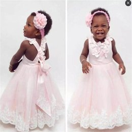 Robes De Première Communion Faites À La Main Pas Cher-Baby Pink Toddlers Flower Girls Robes Jewel Handmade Flowers Back Cross Straps First Communion Dress Enfants Lace Appliques Robes de concours