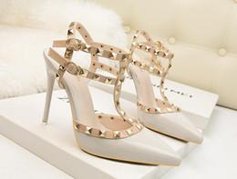 Venta al por mayor de Zapatos Mujer Tacones altos Bombas Peep Toe Zapatos de gladiador Cadenas femeninas Lentejuelas Tacones altos Zapatos de plataforma inferior de cuero rojo