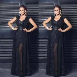 Robes De Tapis Rouge Sexy Pas Cher-Illusion Black Formal Prom Dresses Evening Wear Dentelle Applique Sequins Scoop Neck Sash Runaway Tapis Rouge Robes de bal