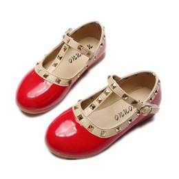 25722bb84 2017 Primavera Novas Meninas Apartamentos Crianças Sapatos de Couro de  Patente Princesa Rebites Fivela Sapatos de Dança Para As Crianças sapatilha  Tamanho ...