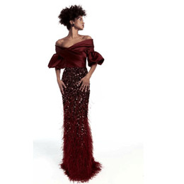 Barato Penas Elegantes Vestidos-Elegante Burgundy Off The Shoulder Gown Com Feather Bordado Vestidos de noite Custom Made Andar Comprimento Zipper Back Vestido Prom Sereia