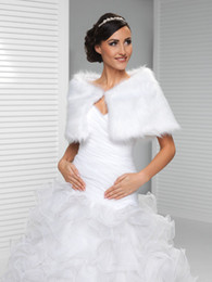 La Blouse Blanche À Bas Prix Pas Cher-Blanc Chapeaux de mariage à fourrure bon marché Warm Off The Shoulder Bridal Bolero Custom Made Wedding Wraps Shrugs For Dress Cape