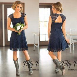 Barato Mangas Da Dama De Honra Da Marinha-2017 Short Navy Blue Lace Vestidos de dama de honra Mangas Capped Longitud do joelho Maid of Honour Vestidos Cheap Country Bridesmaid Dress