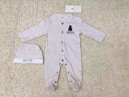 Venta al por mayor de Newborn Babyl etter lleva monos bordados niños niños niñas ropa bebé sombrero mono mameluco algodón niños ropa de marca envío gratis