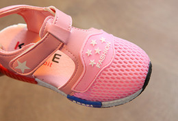 Venta al por mayor de La primavera y el otoño los niños sandalias princesa zapatos femeninos con siete zapatos de bebé lindo jalea zapatos deslizantes
