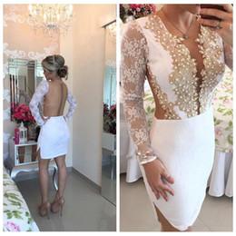 Ingrosso 2018 Pizzo Abiti da sera corti Sexy Sheer Back Button Maniche lunghe Appliques Guaina Prom Party Gowns Homecoming Dress Robe De Soiree