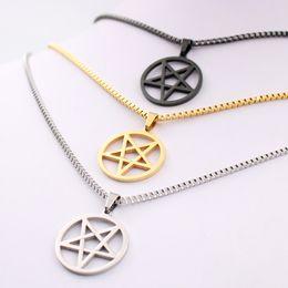 258726b9f64b Pentagrama símbolo satánico Satanás adoración Wicca Pentáculo de acero  inoxidable collar colgante Plata oro negro 2.4mm 24 pulgadas caja de la  cadena para ...
