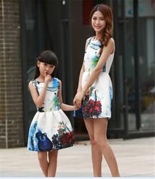 Família de correspondência mãe filha princesa vestidos de flores imprimir mulheres vestido de festa à noite vestido de verão vintage elegante vestido branco vestidos em Promoção