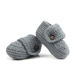 Barato Botas De Crochê Com Fivela-Atacado- Moda Cheap Infant Shoes Buckle Handmade Crochet Baby Boy Shoes Crochet Bootie 10 cm