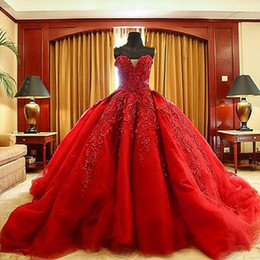 Robes De Bal Cœur Rouge Pas Cher-2017 Robes de bal rouges de luxe Robes de mariée Sweetheart sans manches Perles Exquises Broderies Puffy Robes de mariée Zipper Up Dress with Train