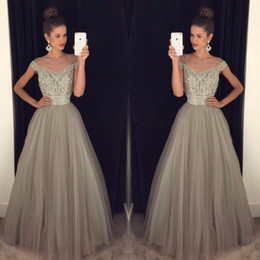 Barato Vestidos De Linho Cinza-Grey Tulle Prom Dresses Long Major Beading Sheer Scoop Neck Cap Sleeve Formal Evening Gowns Party Prom Dress Custom Made