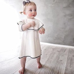 Vestido Negro De Las Muchachas Calientes Baratos-Everweekend Kids Girls Knitted Knitting Color blanco negro Sweet Dress Ruffles Crochet Precioso vestido de bebé Ins Hot Western Dress