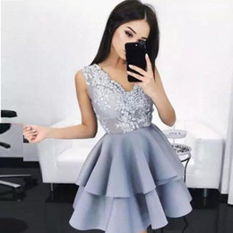 Barato Vestido Cinzento Junior-Grey V-Neck Short / Mini Homecoming Dress Sheer Neck Lace and Satin Short Party vestidos para juniors vestido de evento especial para graduação