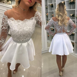 Barato Laço Decote Jóia Vestidos De Baile-White Long Sleeve Homecoming Vestidos 2017 Short Lace Appliqued Pearls Sheer Jewel Neckline Prom Evening Gowns