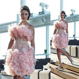 Barato Vestido De Cocktail Rosa Sem Alças-2017 Fancy Noble Pink Short Homecoming Vestidos Strapless com Beaded Pena Prom Vestidos Voltar Zipper Custom Made Cocktail Vestidos Plissados ​​Novos