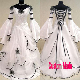 Barato Organza Gótico-Vintage Vestido de casamento gótico preto e branco Scoop Off the Shoulder Celtic Bridal Gowns Zipper up Corset Handmade Flowers Sweep Train