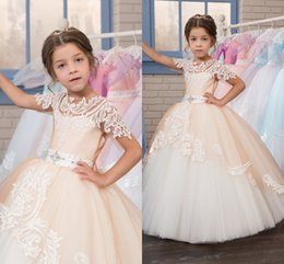 Anniversaire Belle Balle Pas Cher-Lace 2017 Beautiful Flower Girl Robes à manches courtes Tulle Sash Vintage Ball Gown Little Girls Pageant Robes d'anniversaire
